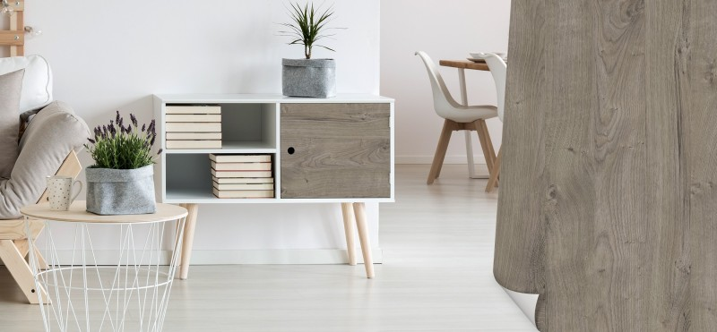 Einrichtungsbeispiel mit der Möbelfolie Eiche grau   jetzt bestellen PrintYourHome.de