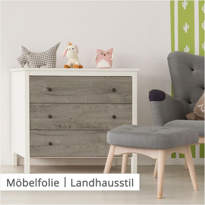 Eine Kommode, die mit schöner Folie mit natürlicher Holzzeichnung verschönert wurde, passt perfekt in eine Wohnung im Landhausstil.