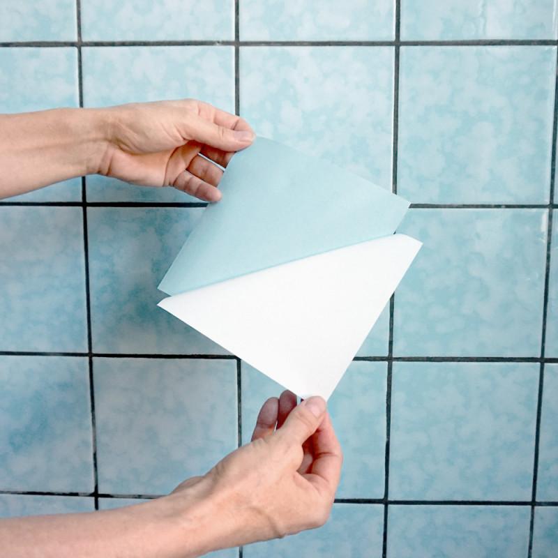 Aufkleber von Trägerpapier abziehen