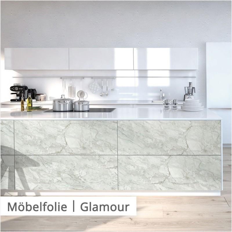 Wenn du eine glamouröse Küche möchtest und das Geld nicht für eine Arbeitsplatte aus echtem Marmor reicht, kannst du den Luxus trotzdem mit hellen Oberflächen und Möbelfolie in Marmor-Optik in dein Zuhause holen.